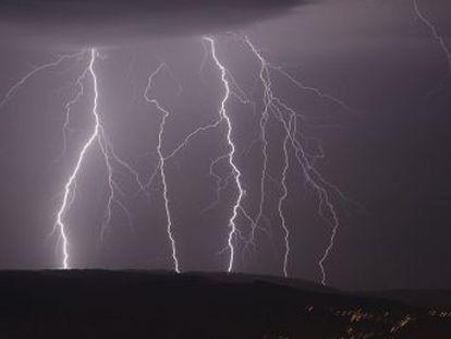 Más de mil rayos cayeron anoche en la ciudad asturiana, donde se habla de la  madre de todos los truenos , mientras que en Lugo se registraron 1.500