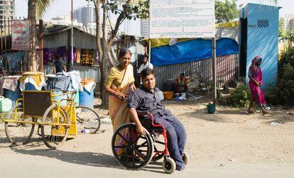 Hace años que Nanda Prakash Djuti, de 72 años, cuida de su nieto Santanush (de 17 años), al que abandonaron sus padres a raíz de su parálisis cerebral. Ambos viven en una tienda junto al slum de Mira Road y recorren las calles en busca de limosna todos los días.