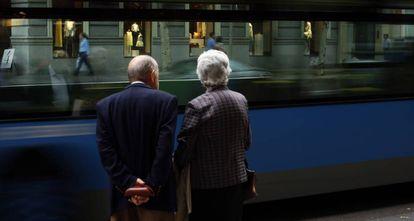 Una pareja de ancianos en Madrid.