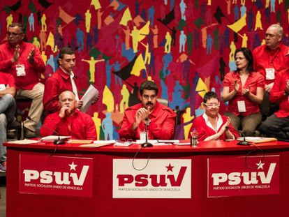 Maduro, en el centro, en el congreso del PSUV, este domingo