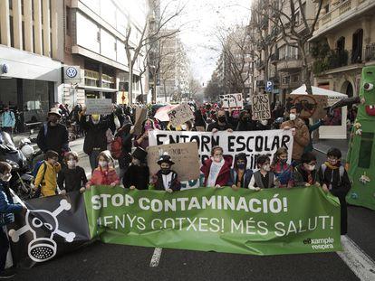 Padres y alumnos de la escuela Auró, en el Eixample de Barcelona, se manifiestan contra la contaminación, el viernes.