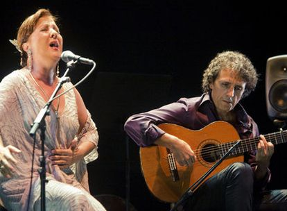 Carmen Linares y Juan Carlos Romero durante su actuación en la Bienal de Sevilla