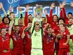 Soccer Football - European Super Cup - Bayern Munich v Sevilla - Puskas Arena, Budapest, Hungary - September 24, 2020.  Bayern Munich's Manuel Neuer celebrates with the trophy and teammates after winning the European Super Cup Pool via REUTERS/Bernadett Szabo     TPX IMAGES OF THE DAY