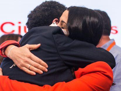 El candidato de Ciudadanos a la Presidencia de la Comunidad de Madrid, Edmundo Bal, abraza a la presidenta del partido, Inés Arrimadas, tras quedarse fuera del parlamento regional.