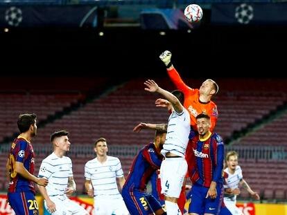 Marc-Andre Ter Stegen despeja el balón durante el partido contra el Dinamo de Kyev de la Champions.
