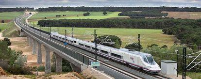 Un tren AVE en la línea Madrid-Valencia.