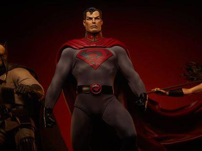 Figura de 'Superman: hijo rojo' creada como 'merchandising', donde luce el curioso escudo con la S de Superman mezclada con la hoz y el martillo.