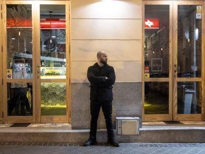 Alberto Sánchez, un portero de disco-pub en la calle Pozano del barrio de Chamberí, en la madrugada del jueves al viernes.