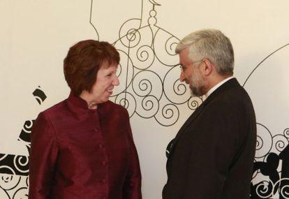 El enviado nuclear iraní, Saed Yalilí, habla con la alta representante europea, Catherine Ashton, hoy en Bagdad.