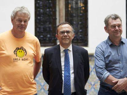 Edvar Moser (i), el director del IBEC, Josep Samitier (c) y el neurocientífico Paul Verschure (d).