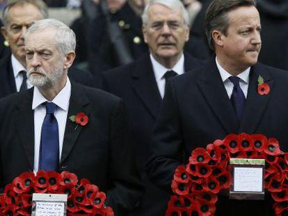 David Cameron (derecha) y el líder laborista, Jeremy Corbyn, en una ceremonia en honor a los caídos celebrada este domingo en Londres.