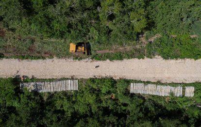 Trabajadores laboran en la construcción del Tren Maya, en el municipio de Maxcanú, en Yucatán.