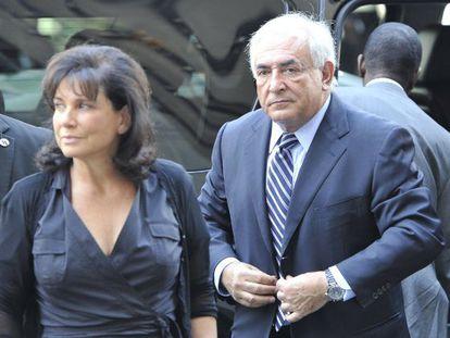 Strauss-Kahn y su esposa, Anne Sinclair, llegan a los juzgados de Manhattan el pasado 23 de agosto.