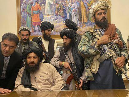 Varios talibanes, el domingo en el palacio presidencial de Kabul. En el vídeo, los milicianos toman la sede de Gobierno.