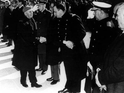 Franco saluda a Fraga durante un acto, en una imagen sin fechar.