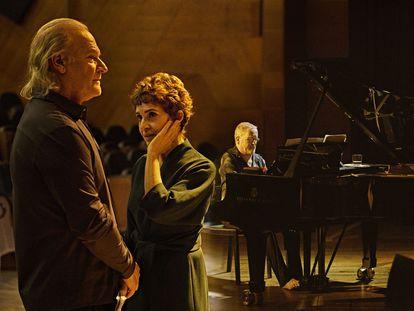 Lluís Homar, Adriana Ozores y el pianista Emili Brugalla, en un ensayo de 'Alma y palabra. San Juan de la Cruz' en junio