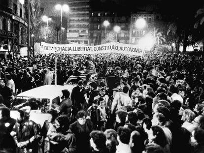 """Vista general de la manifestación que, bajo el lema """"Democracia, Libertad, Constitución y Autonomía"""", se celebró por las calles de Barcelona en repulsa por el 23-F."""