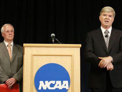 El presidente de la NCAA durante el anuncio de las sanciones a la Universidad de Pensilvania.