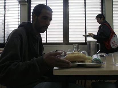 Los servicios sociales dan bonos para comprar comida en el supermercado, y evitar la estigmatización de ir a un comedor social.