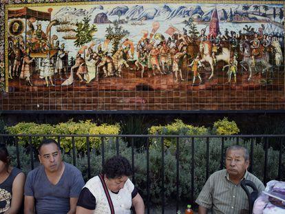 Mosaico de una pintura que retrata el encuentro entre Moctezuma y Hernán Cortes, en una foto de 2019 en Ciudad de México.
