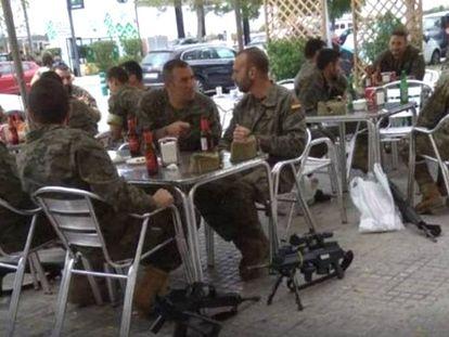 Miembros de la Legión toman cerveza con sus armas en el suelo en Vilafranca del Penedés (Barcelona).