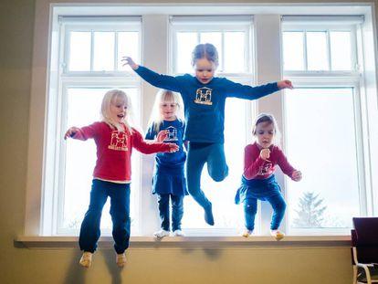 Niñas de una de las escuelas infantiles Hjalli de Islandia practican saltos.