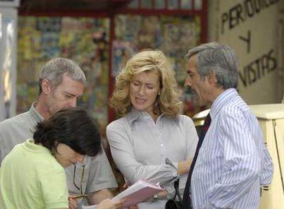 Ana Duato, en el centro, junto a Imanol Arias (derecha), en un momento del rodaje de <i>Cuéntame cómo pasó.</i>