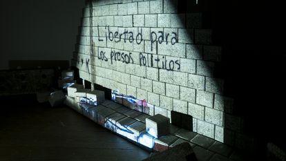 Pieza de 'Paredes Nicas' que proyecta sobre una barricada fotografías de expresiones urbanas reivindicativas antes de que fuesen borradas por la censura estatal