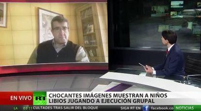 El periodista chileno Mauricio Ampuero entrevista al activista español Eduardo Luque Guerrero.