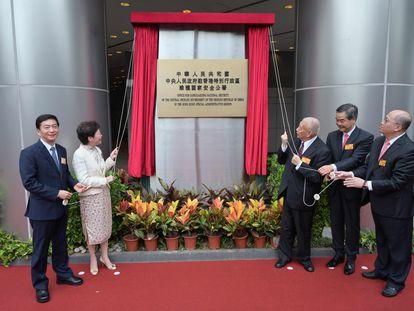 La jefa del Gobierno autónomo de Hong Kong, Carrie Lam, y sus predecesores en el cargo descubren este miércoles la placa que identifica la sede de la nueva Oficina de Protección de la Seguridad Nacional.