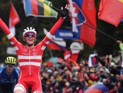 El ciclista danés Mads Pedersen celebra su victoria en el Mundial de Ciclismo de Yorkshire.