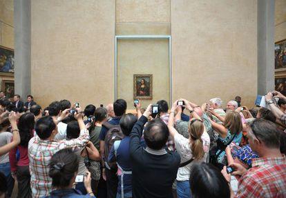 Visitantes al museo del Louvre fotografían 'La Gioconda'.