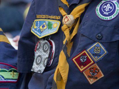 Un miembro de los Scouts de América con sus insignias.