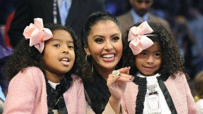 Vanessa Bryant, con sus dos hijas mayores, en un partido de Kobe Bryant en 2010.