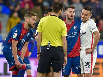 De Burgos Bengoecha y los futbolistas esperan úna decisión del VAR.