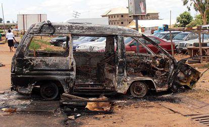 Autobús quemado en unos disturbios en Kaduna.