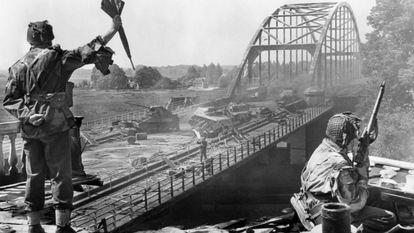 Un momento de la película 'Un puente lejano', de Richard Attenborough. Escena verídica en la que un oficial británico dirigía a sus hombres con un paraguas.