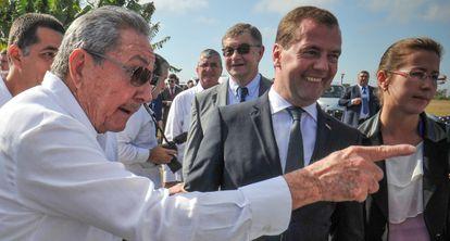 Raúl Castro y Dmitry Medvedev charlan con los periodistas.