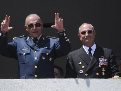 Cienfuegos y Vidal Francisco Soberón Sanz, exsecretario de Marina, durante una revisión de tropas previa al desfile militar del Día de la Independencia, en 2016.