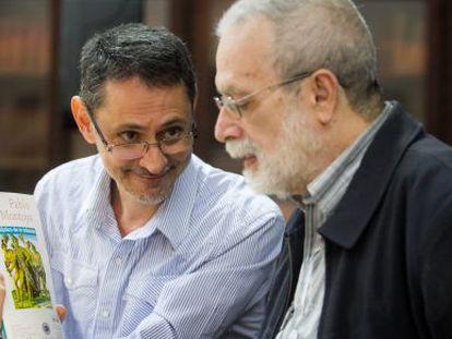 Pablo Montoya enseña la edición venezolana de 'Tríptico de la infamia'.