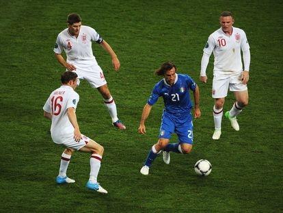 Pirlo controla el balón ante Milner, Gerrard y Rooney durante la Eurocopa de 2012.
