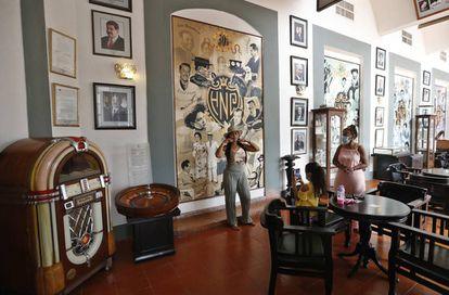 Dos mujeres y una niña recorren el bar Vista al Golfo, donde se conserva una de las ruletas del casino.