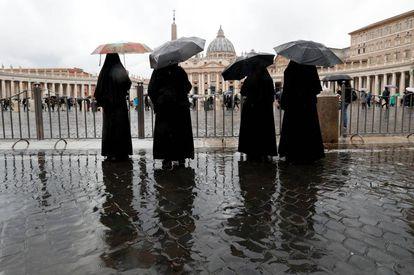 Un grupo de monjas, frente a la basílica de San Pedro en el Vaticano.
