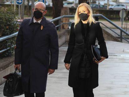 Cristina Cifuentes, acompañada de su abogado, José Antonio Choclán, llega a la Audiencia Provincial, este viernes en Madrid.