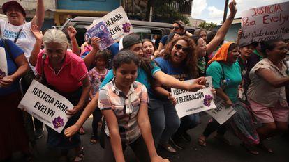 Manifestación en agosto de 2019 en El Salvador por la liberación de una mujer encarcelada por abortar.