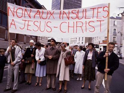 'No a los insultos a Jesucristo', se leía en la pancarta de un grupo que intentó boicotear el estreno en septiembre de 1988 de 'La última tentación de Cristo' en Nantes (Francia).