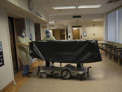 Trabajadores sanitarios mueven el cuerpo de un fallecido por covid en Californa, en agosto.