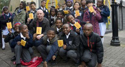 Nick Hornby y los niños del taller literario de una ONG británica.
