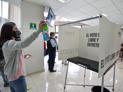 Trabajadores del Instituto Nacional Electoral presentan el protocolo sanitario para las elecciones, el pasado 5 de mayo.