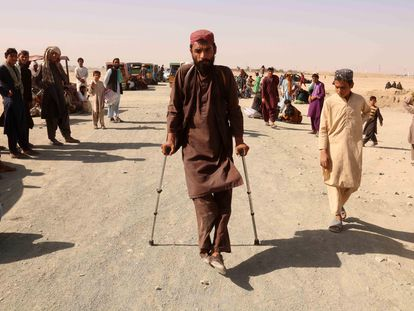 Afganos varados en Chamán esperan para cruzar la frontera entre Afganistán y Pakistán, el 6 de agosto.